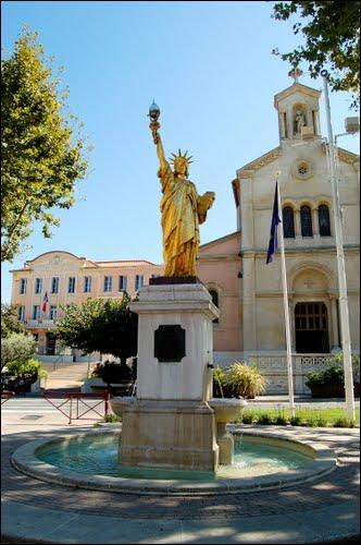 Jolie ville varoise au coeur de laquelle s'élève une petite statue de la Liberté, signée Bartholdi, elle est située entre Bandol et La Ciotat, et ce n'est pas la peine d'en sortir pour trouver son nom :