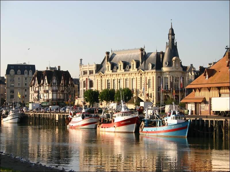 Située dans le département du Calvados, sur la côte fleurie, on y admire l'hôtel des Roches Noires, elle est bien connue et n'est pas un trou si paumé que son nom le laisserait penser :
