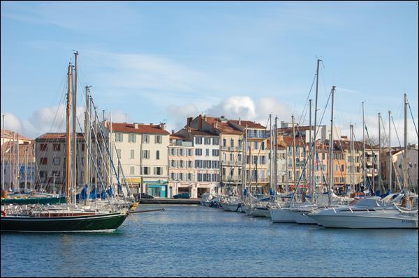 Située dans le Var, toute proche de Toulon c'est une petite ville qui doit son nom à un roseau qui poussait dans cette zone marécageuse. Elle n'a rien à voir avec ses homonymes, car elle ne coule pas ni ne sert pas aux acteurs de théâtre :