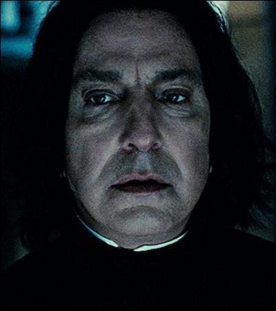 « Le comportement de Rogue envers Harry au cours de cette dernière semaine lui avait paru inquiétant. Harry n'aurait jamais pensé que Rogue pût le détester encore davantage, mais c'était pourtant le cas. Chaque fois que Rogue le regardait, un tic agitait le coin de sa bouche et il ne cessait de remuer les doigts comme s'il avait rêvé de les serrer autour de son cou. »