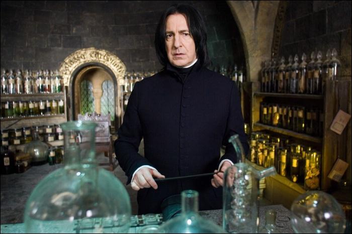 Severus Rogue est aussi connu pour exceller dans le domaine des Potions. Voulant le poste de Professeur de défense contre les forces du mal, il sera cantonné à celui de Professeur de Potions. Combien d'années enseigna-t-il à ce poste à Poudlard ?