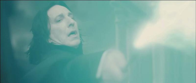 Severus Rogue possédait la capacité de lancer des sorts non formulés. Technique difficile à maîtriser, en quelle année l'enseigne-t-il aux étudiants de l'école de Poudlard ?