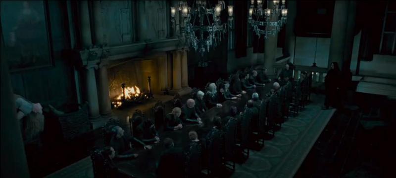 """Severus Rogue pouvait aussi voler sur un balai. Il le démontre lors de la Bataille des Sept Potters lorsqu'il lance depuis son balai un """"Sectumsempra"""" atteignant George Weasley à l'oreille par accident. Quel Mangemort était initialement visé ?"""