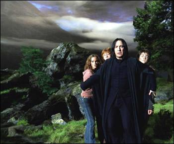 """Toujours dans """"Harry Potter et le Prisonnier d'Azkaban"""", parmi ces propositions, quelle scène ne figurant pas dans le livre a été ajouté dans le film, révélant alors un moment inattendu ?"""