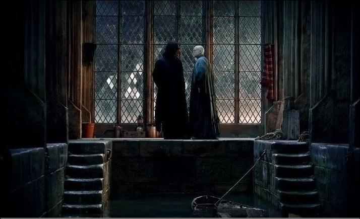 """Dans """"Harry Potter et les Reliques de la Mort"""" (Partie II), l'endroit où Severus Rogue est tué par Nagini change du livre au film. S'il est tué dans la Cabane Hurlante dans le livre, où Severus Rogue succombe-t-il dans le film ?"""