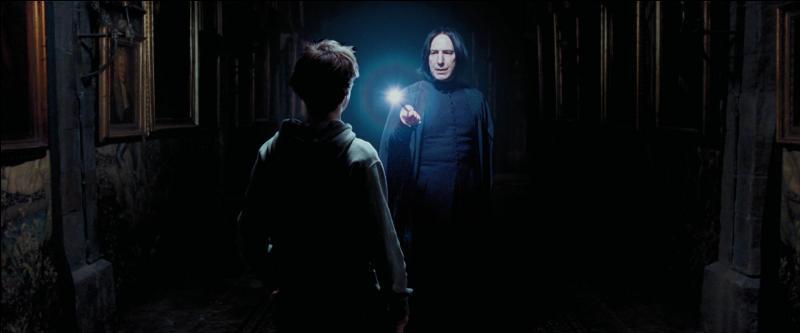 Complétez cette réplique : - Potter, puis-je savoir ce que vous fabriquez la nuit dans les couloirs ?- Je suis somnambule.- C'est fou à quel point vous ressemblez à votre père, lui aussi était d'une grande arrogance. Il se pavanait dans les couloirs du château.- Mon père ne se pavanait pas. Et moi non plus. Et si ça ne vous ennuie pas, j'aimerais que vous abaissiez votre baguette.