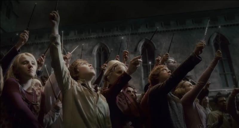 """Dans """"Harry Potter et le Prince de Sang-Mêlé"""", les élèves lèvent leur baguette au ciel en hommage au directeur de Poudlard Albus Dumbledore. Aujourd'hui, ils rendent probablement hommage à un autre homme dont nous pleurons tous aujourd'hui la disparition :"""