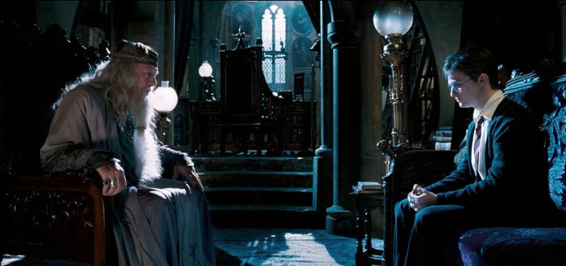 Lorsque la Première Guerre des Sorciers éclate en 1978, Severus Rogue rejoint Lord Voldemort et les Mangemorts. Il surprend le discours du Professeur Sybille Trelawney à Albus Dumbledore mentionnant l'existence d'une prophétie. Cette prophétie annonce un enfant pouvant vaincre le Seigneur des Ténèbres. Mais à la fin de quel mois doit-il naître ?