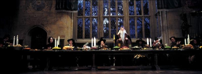 """Severus Rogue réalise sa terrible erreur d'avoir confié la prophétie à Lord Voldemort lorsque ce dernier cible Harry Potter et donc sa mère, Lily Evans, que ce premier aime tant. Severus Rogue devient alors agent double. Dans """"Harry Potter à l'école des Sorciers"""", quelles sont les circonstances de sa première apparition ?"""