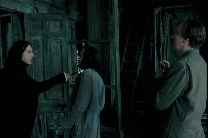 """Dans """"Harry Potter et le Prisonnier d'Azkaban"""", Severus Rogue se doit de collaborer avec le Professeur Remus Lupin qu'il n'apprécie guère alors que Sirius Black vient de s'échapper d'Azkaban. Dans le film, dans quel lieu se précipite-t-il lorsqu'il apprend que le parrain de Harry Potter est entré dans Poudlard ?"""