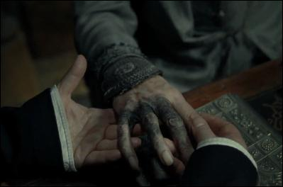 """L'année scolaire 1996-1997 débute. Severus Rogue conclut un Serment Inviolable avec Narcissa Malefoy et assiste Drago Malefoy dans une quête confiée par Lord Voldemort. Albus Dumbledore planifie sa disparition avec Severus Rogue. Il ne reste que peu de temps à vivre au directeur de Poudlard dans """"Harry Potter et le Prince de Sang-Mêlé"""". Pour quelle raison ?"""