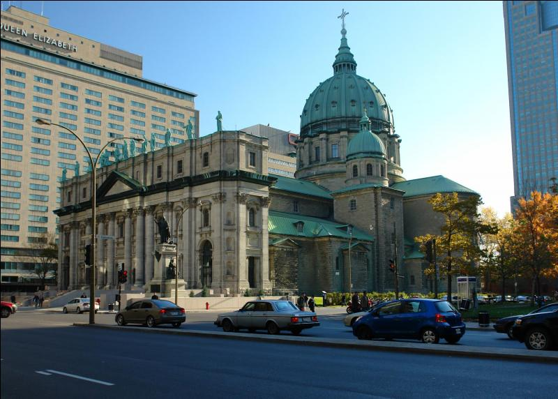 Même sans être croyant(e), rien ne vous empêche de visiter la cathédrale Marie Reine du Monde ...