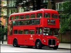 Quelle ville associe-t-on à ces bus de couleur rouge ?