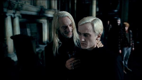 """Lucius Malefoy. Père de Drago Malefoy, Lucius Malefoy a toujours été rival d'un certain Arthur Weasley au Ministère de la Magie. Il perd toute son estime auprès de Lord Voldemort dans """"Harry Potter et l'Ordre du Phénix"""". Pourquoi est-il vu comme un faire-valoir à partir de """"Harry Potter et le Prince de Sang-Mêlé"""" ?"""