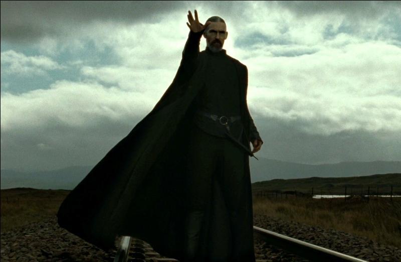 """Selwyn. Mangemort mystérieux, le rôle de Selwyn dans la Première Guerre des Sorciers n'est pas connu. Plus actif lors de la Seconde Guerre des Sorciers, chez quelle personne se rend-il en urgence avec d'autres Mangemorts dans """"Harry Potter et les Reliques de la Mort"""" (Partie I) ?"""