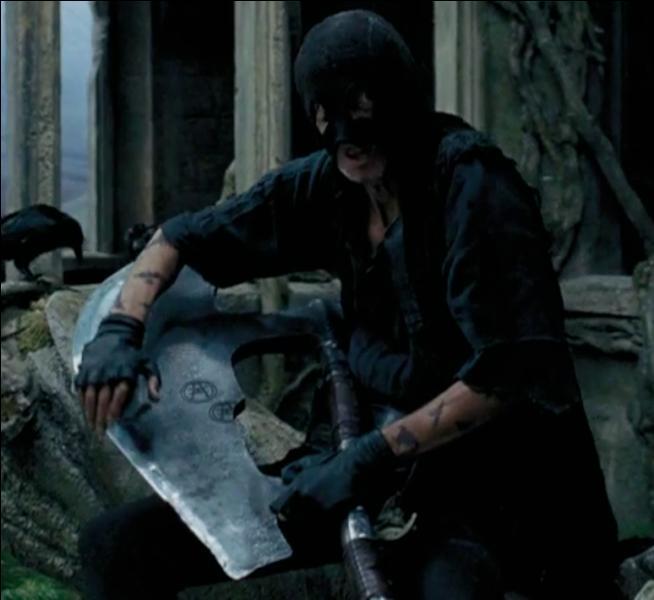 Walden Macnair. Un des Mangemorts les plus actifs, il est de tous les combats du Seigneur des Ténèbres. Ayant pris part aux deux guerres majeures et des Batailles en découlant, il recrute des Géants pour Lord Voldemort et s'échappe aussi d'Azkaban. Lors de la Bataille de Poudlard, il est trouvé inconscient après qu'il se soit écrasé contre un mur. Qui lui a lancé un sortilège magique ?