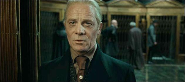Yaxley. Employé du Ministère de la Magie, Yaxley s'est battu lors de la Première Guerre des Sorciers. Il place Pius Thicknesse sous le sortilège de l'Impérium. Yaxley est l'un des sorciers de premier plan à persécuter les Moldus. Quel est le nom exact de la commission qu'il préside au Ministère de la Magie ?