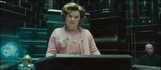 """Deuxième Partie.Dolores Ombrage. Apparaissant pour la première fois dans """"Harry Potter et l'Ordre du Phénix"""", Dolores Ombrage est chargée par le Ministère de la Magie de remettre de l'ordre à Poudlard. Dans """"Harry Potter et les Reliques de la Mort"""" (Partie I), à qui confisque-t-elle le médaillon de Salazar Serpentard sans savoir qu'il s'agit d'un Horcruxe ?"""