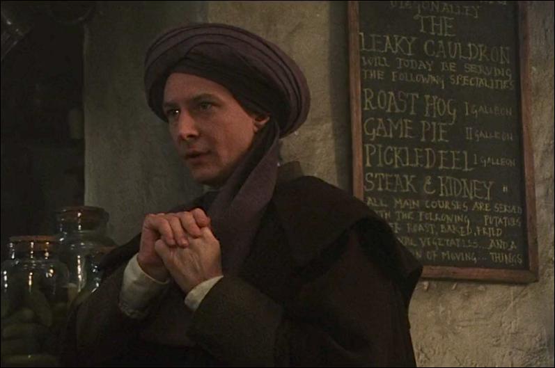 """Quirinus Quirrell. N'étant présent uniquement dans le premier film, """"Harry Potter à l'école des Sorciers"""", il est nommé Professeur de Défense contre les Forces du Mal. Qu'essaie-t-il de faire notamment dans le premier volet ?"""
