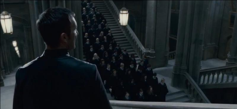 """Amycus Carrow. Frère d'Alecto Carrow, Amycus Carrow est professeur d'art de la magie noire lors de """"Harry Potter et les Reliques de la Mort"""" (Partie II). Lors de la Bataille de Poudlard, il est placé sous le sortilège de l'Impérium par Minerva McGonagall puis sous le sortilège Doloris. Quel sorcier lui lance le deuxième Sortilège Impardonnable ?"""