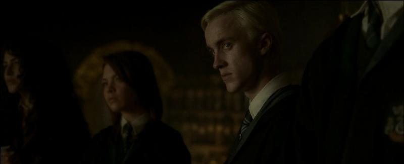 """Drago Malefoy. Élève à l'école de sorcellerie de Poudlard, Drago Malefoy devient Mangemort dans """"Harry Potter et le Prince de Sang-Mêlé"""". Quel objet de magie noire est-il chargé de remettre au directeur de Poudlard Albus Dumbledore ?"""