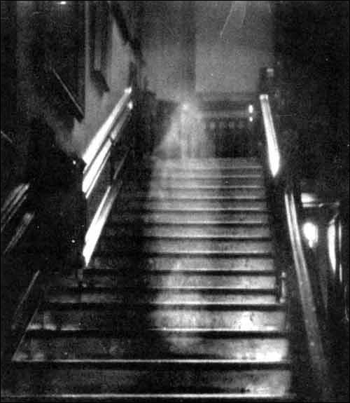 Quel est ce lieu célèbre pour ses décapitations où d'étranges fantômes rôderaient encore, dont celui de Thomas Beckett et d'Henri IV ?