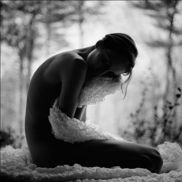 """Qui chantait """"Elle attend que ce monde étrange se perde, et que tournent les vents, inexorablement, elle attend..."""""""