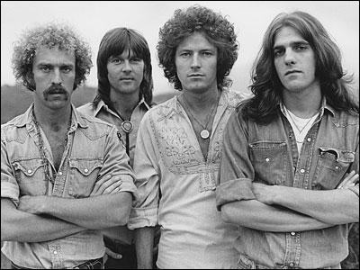 """Quel groupe interprète la chanson """"Hotel California"""" dans les années 70 ?"""