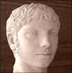 Bon, un dernier empereur, ils sont si succulents. Lui, il lance des éléphants et des bijoux du haut du palais. Il sort la nuit, déguisé en femme dans les rues de Rome. Il a 16 ans quand il devient empereur. En allant aux jeux du cirque, il tombe amoureux d'un gladiateur. À la suite de leurs orgies les convives se réveillaient dans des cages au milieu des ours et des lions. Ce sont les charmants :