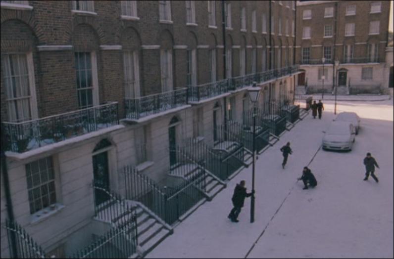 Première Partie.Le 12, Square Grimmaurd est le nom qui fut donné à la demeure ancestrale de la grande lignée de sorciers, les Blacks. Il est situé dans un quartier Moldu de Londres. Par quel enchantement magique ce lieu est-il constamment protégé ?