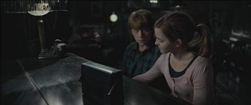"""Au début de """"Harry Potter et les Reliques de la Mort"""" (Partie I), Hermione Granger tente d'apprendre à Ron Weasley comment jouer le morceau de musique très célèbre """"Pour Élise"""" composée par Ludwig Van Beethoven. Grâce à quel instrument de musique essaie-t-elle de lui apprendre ?"""