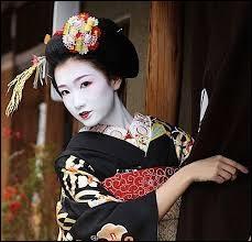 Autant mystérieuse et gracieuse que belle, ce genre de femme fait indéniablement partie du folklore de son pays. Quelle est la capitale de ce dernier ?