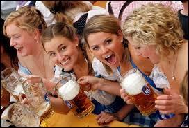 La plus démesurée des fêtes de la bière au monde, en compagnie de ces charmantes demoiselles, l'assurance de passer un bon moment ! Etant donné le pays concerné, vous me répondrez :
