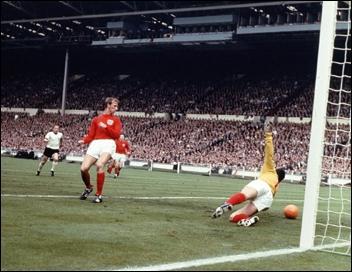 En Coupe du monde 1966 dans le groupe D, l'Union soviétique finit première du groupe. Une équipe crée la surprise en éliminant l'Italie et parvint à finir deuxième avant de se faire éliminer en quart de finale. Quelle était cette équipe ?