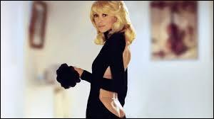 Dans ce film Mireille Darc rencontre un grand distrait et le séduit avec une robe qui vaut le détour.