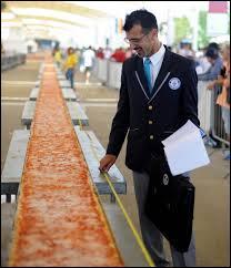 Quelle est la longueur de la pizza la plus longue du monde d'après un record en 2015 ?