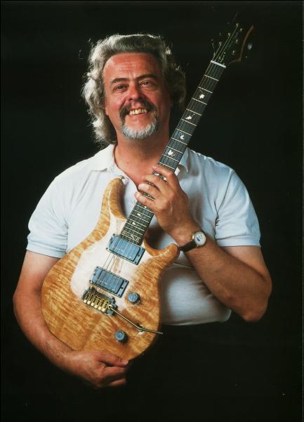Musicien anglais, déclaré mort le 28 décembre 2009. La cause ? Vraisemblablement la drogue !