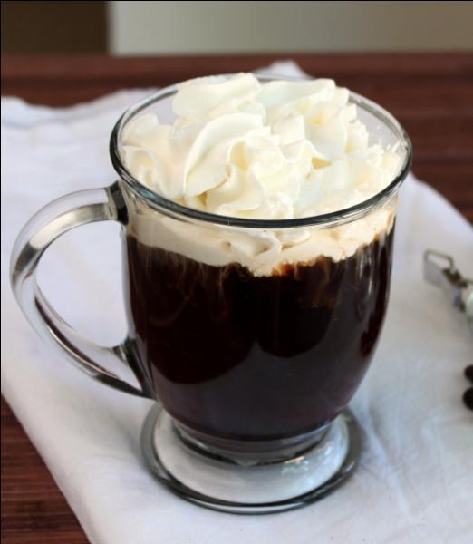 Quel est le nom de ce café chaud surmonté de crème fouettée ?