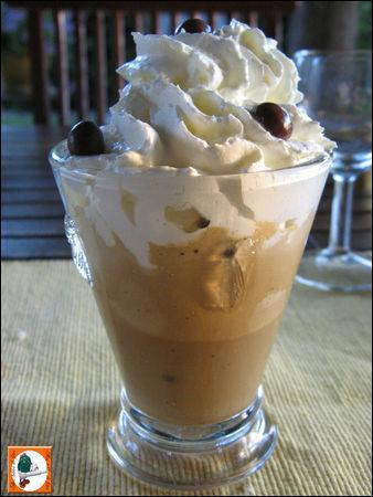 Quel est ce dessert servi froid, à base de café, glace parfumée au café, surmonté de chantilly ?