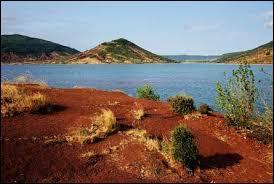 A quoi les rives du lac artificiel du Salagou doivent-elles leur couleur rouge ?