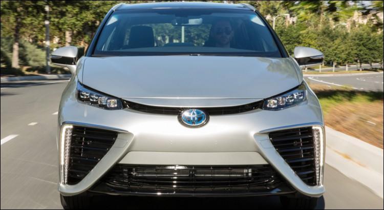 Avec cette Toyota à tronche de bélier, vous êtes prêts à foncer dans la ---- (Complétez ! )