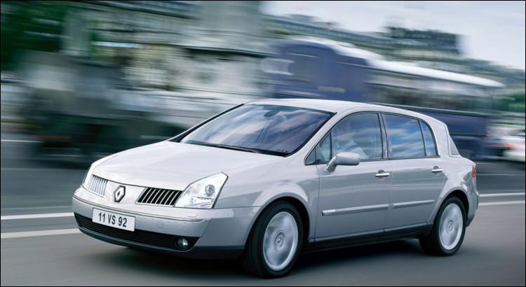 Même si cette Renault était un véritable salon roulant, il n'y avait que l'intérieur qui pouvait être satisfaisant... Comment s'appelait-elle, déjà ?