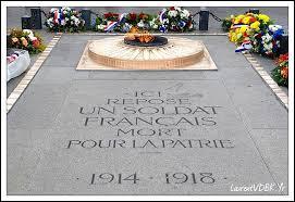 La tombe du Soldat inconnu contient les restes d'un soldat tué au combat et dont on ignore le nom et quelquefois même la nationalité. Où est-elle située à Paris ?