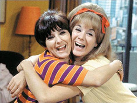 """Ce sont les deux femmes comiques les plus célèbres de la télévision québécoise. Leur émission de 1966 à 1971 fut un énorme succès. L'une d'elles deviendra célèbre mondialement en jouant le professeur dans le film : """" Le Déclin de l'empire Américain"""". Quel est ce duo de folles finies et quel est le titre de l'émission ?"""