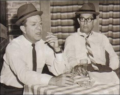 """C'est le plus grand comique burlesque québécois selon certains et il forme pendant des années un duo avec son """"straight-man"""". Plusieurs de ses numéros sont restés des scènes d'anthologie, son fils est la voix de Batman et du génie d'Aladdin en France (Richard Darbois). Qui sont ces 2 maîtres du burlesque ? (Sur la photo, on les voit dans l'émission : """"Cré Basile"""".)"""