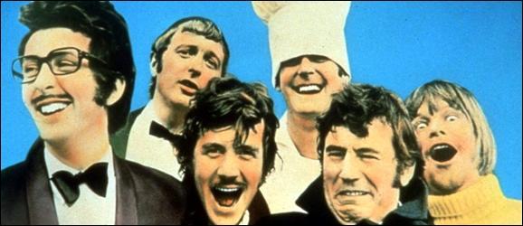Allons maintenant en Angleterre et pour y retrouver un groupe d'humoristes célèbres spécialisé dans le burlesque ayant débuté à la BBC. Il est composé de six membres : quatre Britanniques, un Américain et un Gallois. Ils ont ensuite conquis le monde avec leurs films. Ce sont les...