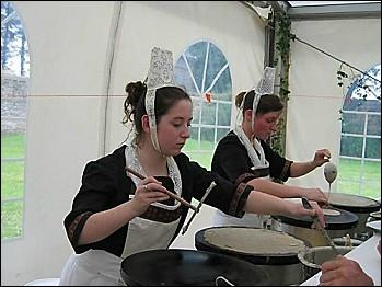 « Rien n'est plus beau que les mains d'une femme dans la farine », disait Nougaro. Mais justement, que tient cette jeune dame en sa main droite ?