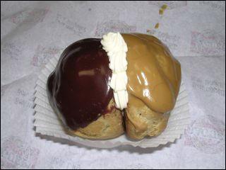 Je ne pouvais vous quitter sans vous proposer le dessert du jour ! Il est composé de deux boules de pâte à choux, l'une farcie de crème au chocolat, l'autre au café :