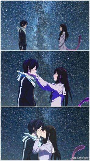 Un baiser sous le ciel étoilé... si ce n'est pas romantique ! Les deux protagonistes sont...