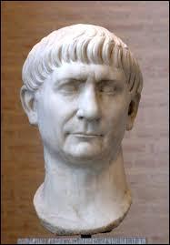 L'empereur Trajan a vécu après Jules César.
